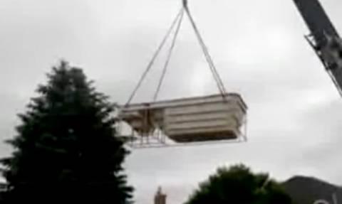 Οι ηλίθιοι και οι πανηλίθιοι: Πήγαν να βάλουν πισίνα με γερανό και γκρέμισαν το σπίτι τους! (vid)
