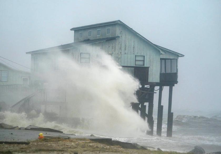 ΗΠΑ: Ένας νεκρός από τον «Μάικλ» - Τεράστιες οι καταστροφές από τον «τυφώνα του αιώνα» (pics&vids)