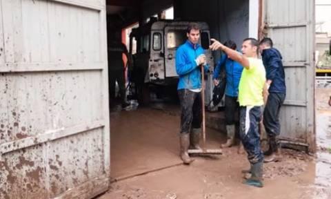 Ο Ναδάλ έβαλε γαλότσες και έσπευσε να βοηθήσει μετά τη φονική πλημμύρα στη Μαγιόρκα (vid)