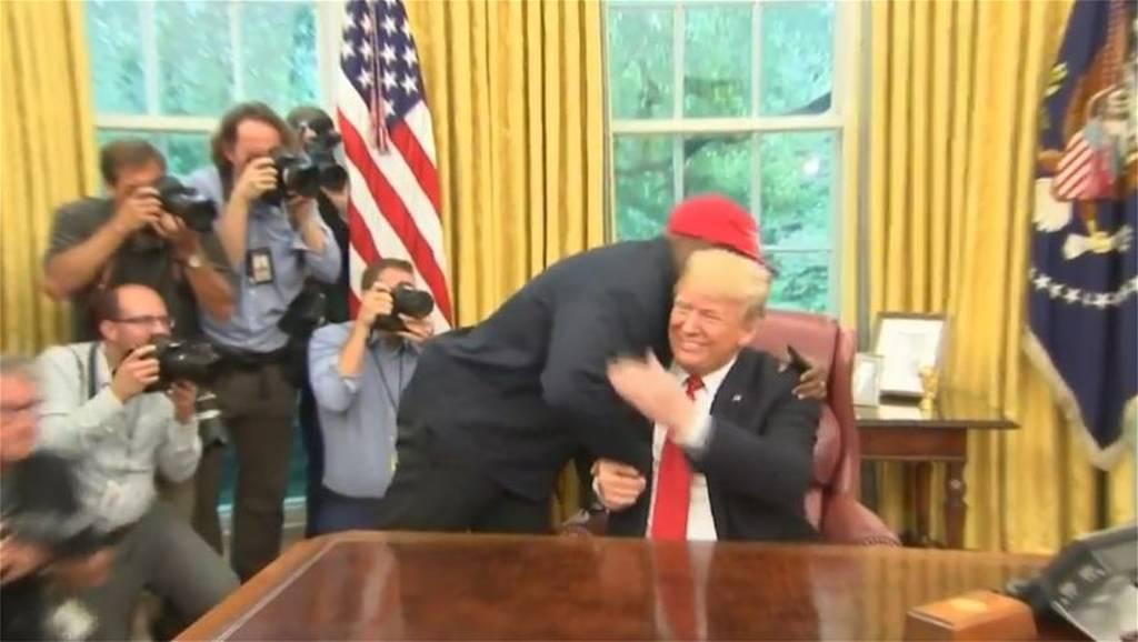 Η αγκαλιά του Ντόναλντ Τραμπ με τον Κάνιε Γουέστ στο οβάλ γραφείο (vid+pics)
