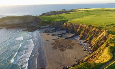 Ουαλία: Το μυστήριο πίσω από τα γιγάντια έργα τέχνης στην αμμουδιά