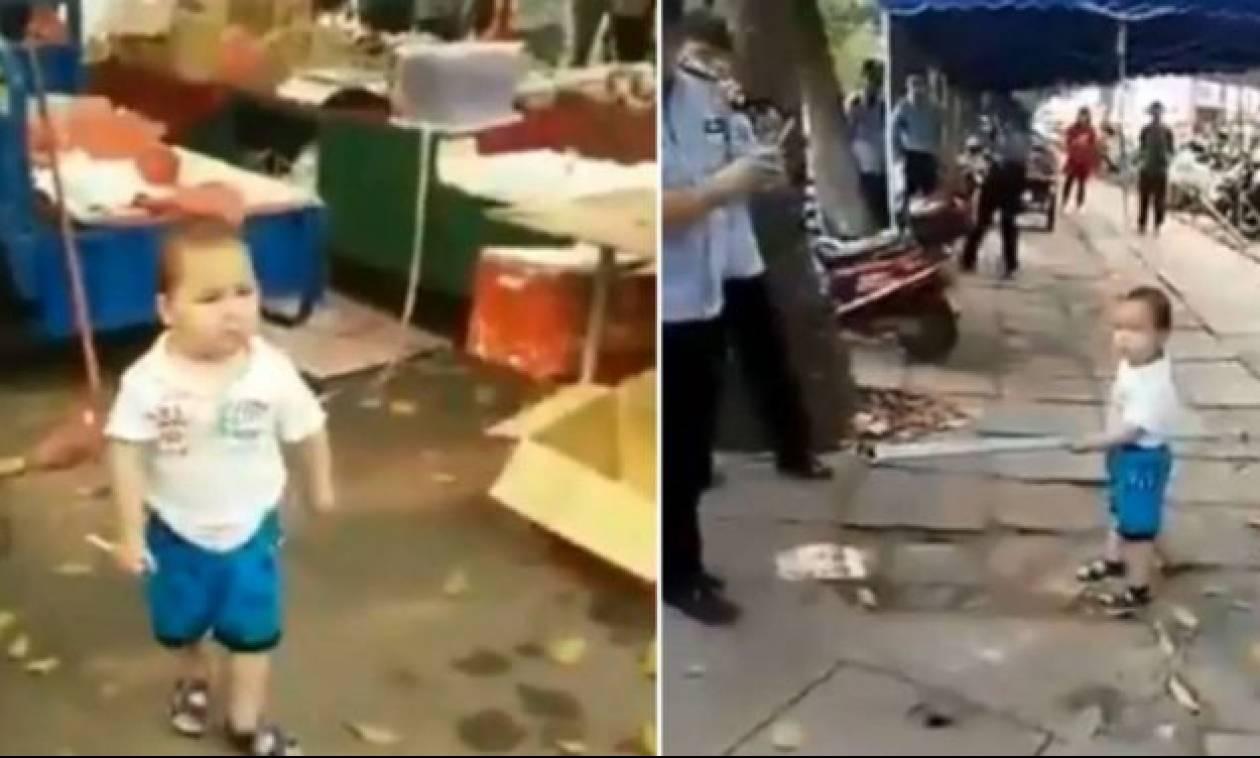 Απίστευτος μπόμπιρας τσαμπουκαλεύεται με αστυνομικούς για να προστατέψει τους γονείς του!