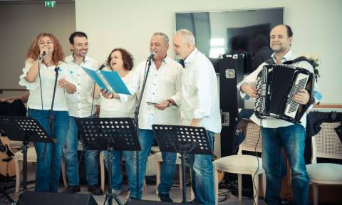 H Pfizer Hellas Band κοντά στους ηλικιωμένους στην Καλαμάτα