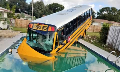 ΗΠΑ: Σχολικό λεωφορείο έπεσε σε... πισίνα σπιτιού!