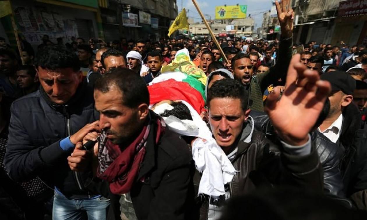Χιλιάδες άτομα στην κηδεία των επτά Παλαιστινίων που σκοτώθηκαν την Παρασκευή