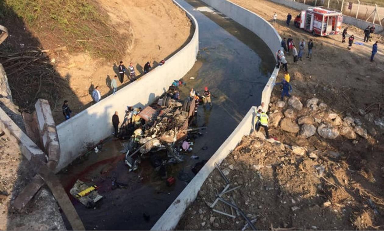Τραγωδία στην Τουρκία: Φορτηγό έπεσε σε κανάλι - 22 μετανάστες νεκροί (pics+vid)