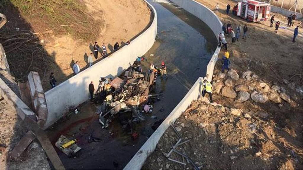 Τραγωδία στην Τουρκία - Φορτηγό έπεσε σε κανάλι - 19 νεκροί (pics+vid)