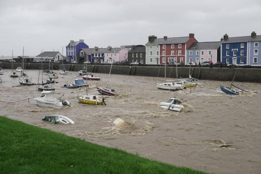 Φονική καταιγίδα χτύπησε τη Βρετανία: Τουλάχιστον δύο νεκροί από το πέρασμα της «Κάλουμ» (Pics+Vid)