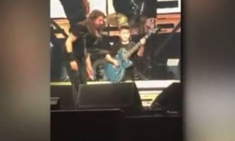 Ο 10χρονος που έπαιξε Metallica με τους Foo Fighters (vid)
