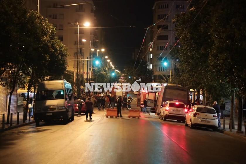 Επίθεση κουκουλοφόρων με μολότοφ στο Α.Τ Ομόνοιας – 4 τραυματίες αστυνομικοί