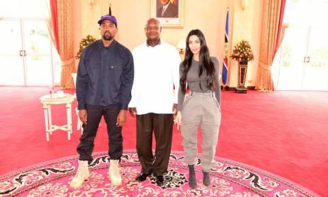 Η αμήχανη στιγμή που ο Κάνιε Γουεστ και η Κιμ Καρντάσιαν κάνουν δώρο στον πρόεδρο της Ουγκάντα ένα…