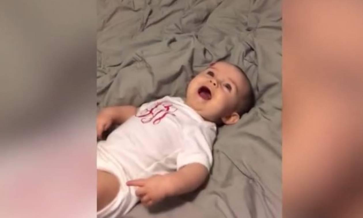 Αυτό είναι το πιο αστείο γέλιο μωρού που έχετε δει ποτέ! (vid)
