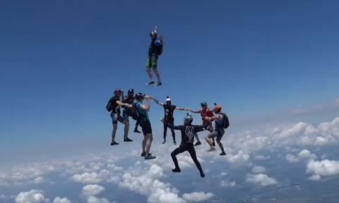 ΜΕ ΚΟΜΜΕΝΗ ΑΝΑΣΑ: Κάνουν ελεύθερη πτώση από αεροπλάνο και χορεύουν στον αέρα! (vid)