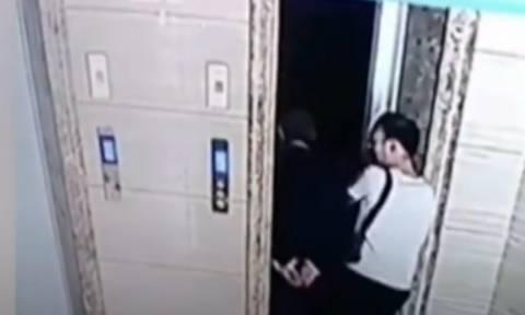 Το βίντεο - ΣΟΚ που διχάζει: Ο γαμπρός ανοίγει την πόρτα του ασανσέρ και ο πεθερός πέφτει στο κενό