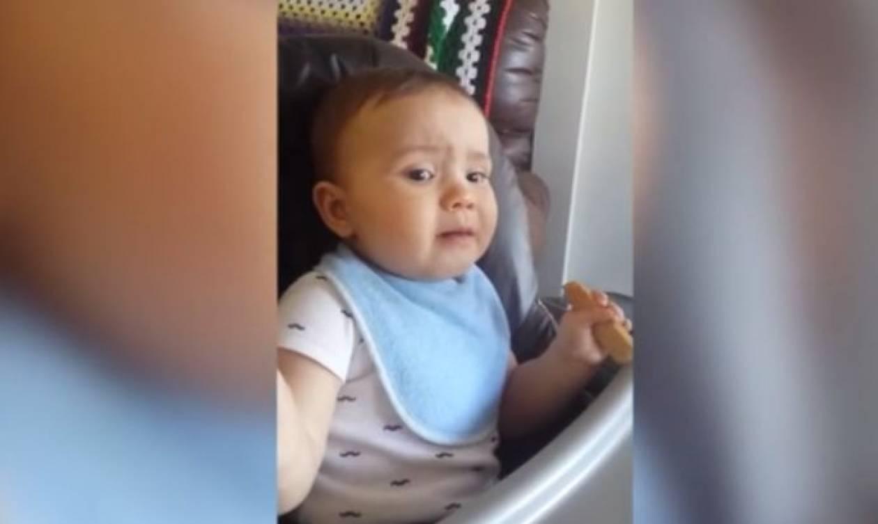 Μέχρι πού φτάνει ένα μωρό για το μπισκότο του (vid)