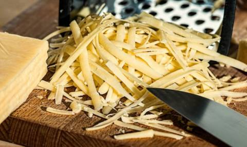 Και όμως κόβετε λάθος το τυρί σε όλη σας τη ζωή! (video)