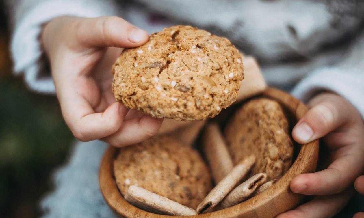 Φρίκη: Κέρασε τους συμμαθητές της μπισκότα από την τέφρα της γιαγιάς της!
