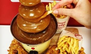 Έφτιαξαν συντριβάνι σάλτσας για το τηγανητό κοτόπουλο! (vid)