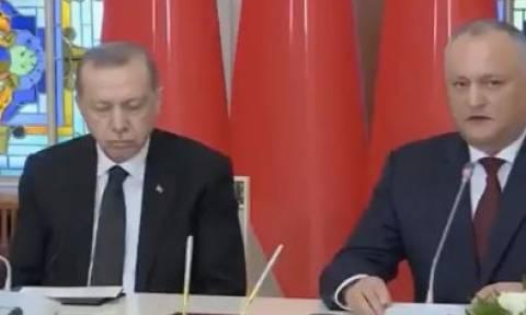 Δεν μπορούσε να κρατήσει τα μάτια του ανοιχτά! Ο... υπνάκος του Ερντογάν σε συνέντευξη Τύπου (vid)