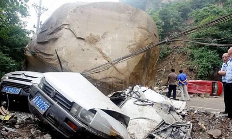 Ανατριχιαστικό βίντεο: Βράχος καταπλακώνει οδηγό!