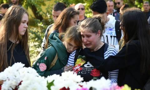Κριμαία: Θρήνος για τα θύματα του μακελειού στο κολλέγιο (pics+vid)