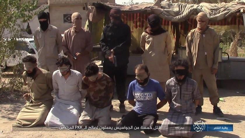 Ο τρόμος του ISIS επέστρεψε: Τζιχαντιστές άρχισαν να εκτελούν τους πρώτους από τους 700 ομήρους