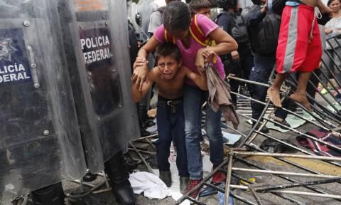 «Ντου» εκατοντάδων μεταναστών - Διέλυσαν τον συνοριακό φράχτη ασφαλείας στο Μεξικό (Pics+Vid)