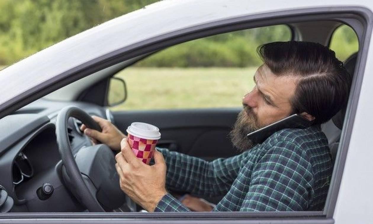 Προσοχή: Οδηγείς και μιλάς στο κινητό; Βαριές καμπάνες από την Τροχαία
