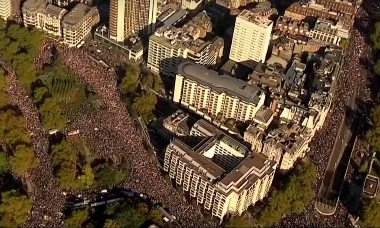 Εκατοντάδες χιλιάδες στη μεγαλύτερη διαδήλωση κατά του Brexit που έγινε ποτέ (Pics+Vids)