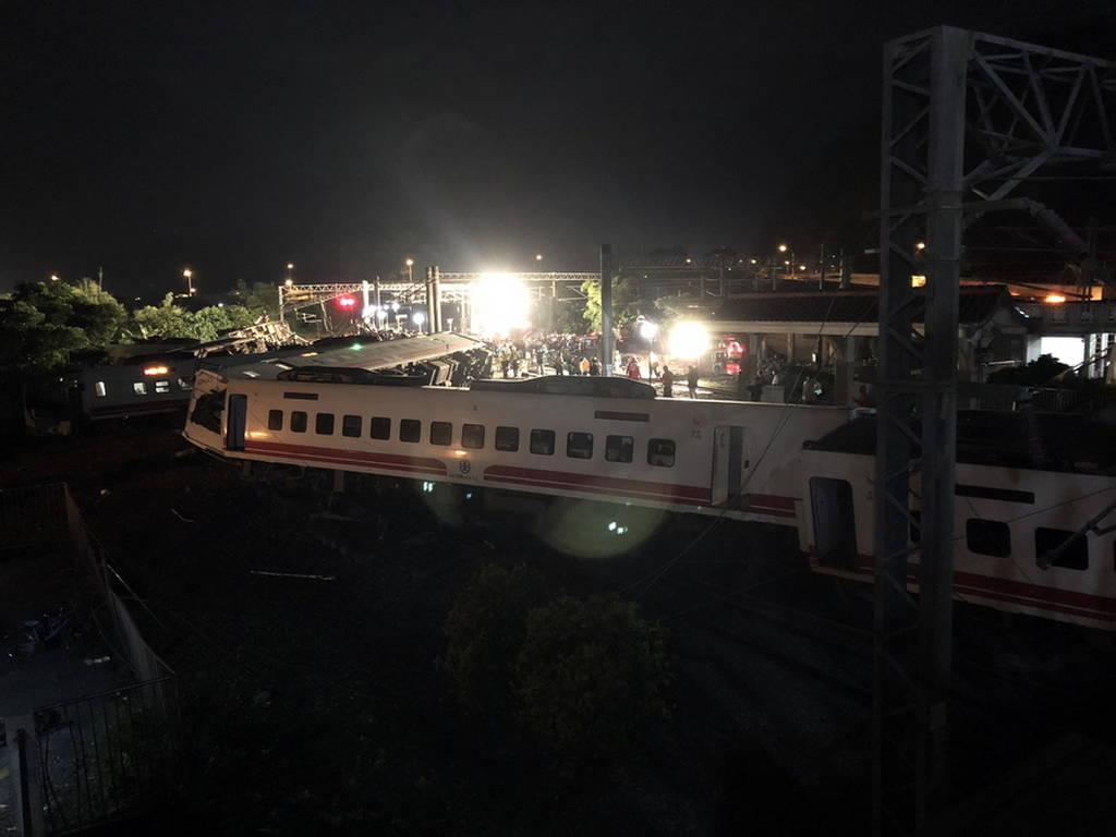 Τραγωδία στην Ταϊβάν: Πολύνεκρο δυστύχημα με εκτροχιασμό τρένου