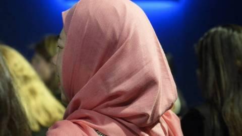 Άγριος ξυλοδαρμός νεαρής από συμμαθήτριά της γιατί φορούσε μαντήλα (video)