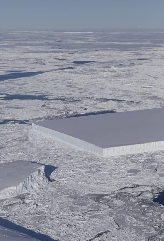 Εντυπωσιακό! Ένα πρωτοφανές γεωμετρικό παγόβουνο σαν γιγάντιο παγάκι φωτογράφησε η NASA