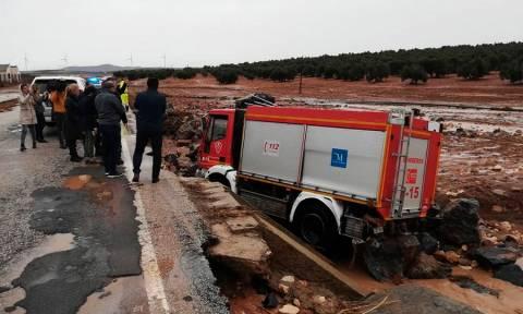 Τραγωδία στην Ισπανία: Πυροσβέστης έχασε τη ζωή του από τις σαρωτικές πλημμύρες (pics+vid)