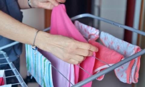 Εννιά κόλπα για να στεγνώνουν τα ρούχα σας γρήγορα το χειμώνα!