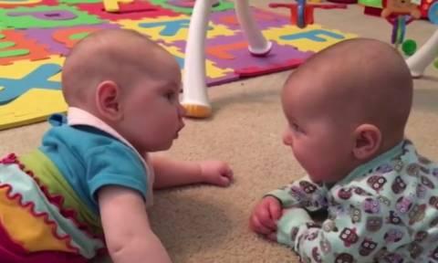 Τι μπορεί να είπε ένα μωρό στο άλλο και να το έκανε να κλάψει; (vid)