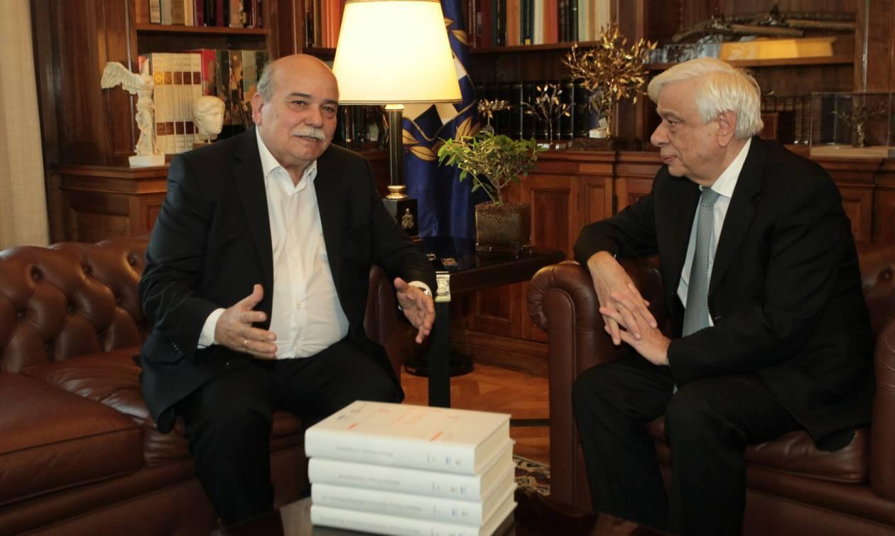 Ο Βούτσης παρέδωσε στον Παυλόπουλο τους πρώτους 4 τόμους του «Φακέλου της Κύπρου»