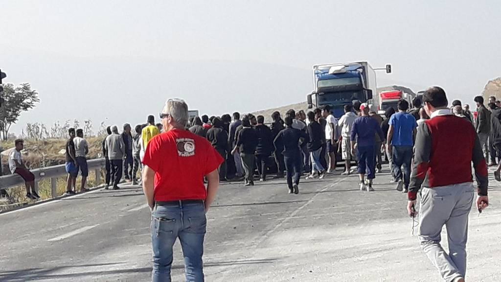 Χαμός στο δρόμο Λάρισας – Τρικάλων: Πρόσφυγες απέκλεισαν το δρόμο - Πέταξαν πέτρες σε οδηγούς