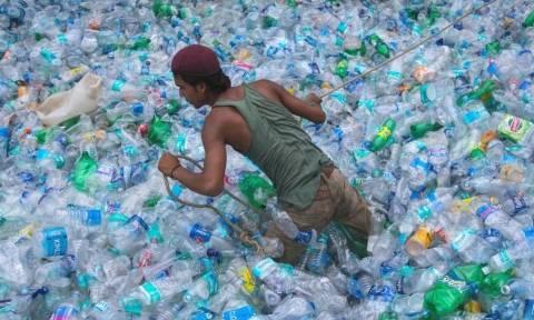 Μετά τα καλαμάκια έρχεται απαγόρευση και σε δεκάδες άλλα πλαστικά προϊόντα