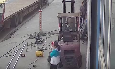 Βίντεο: Μητέρα και μωρό τραυματίζονται από λάστιχο που... εξερράγη