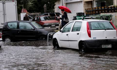 Ορμητικός χείμαρρος παρέσυρε αυτοκίνητα στην Κω (pics&vid)