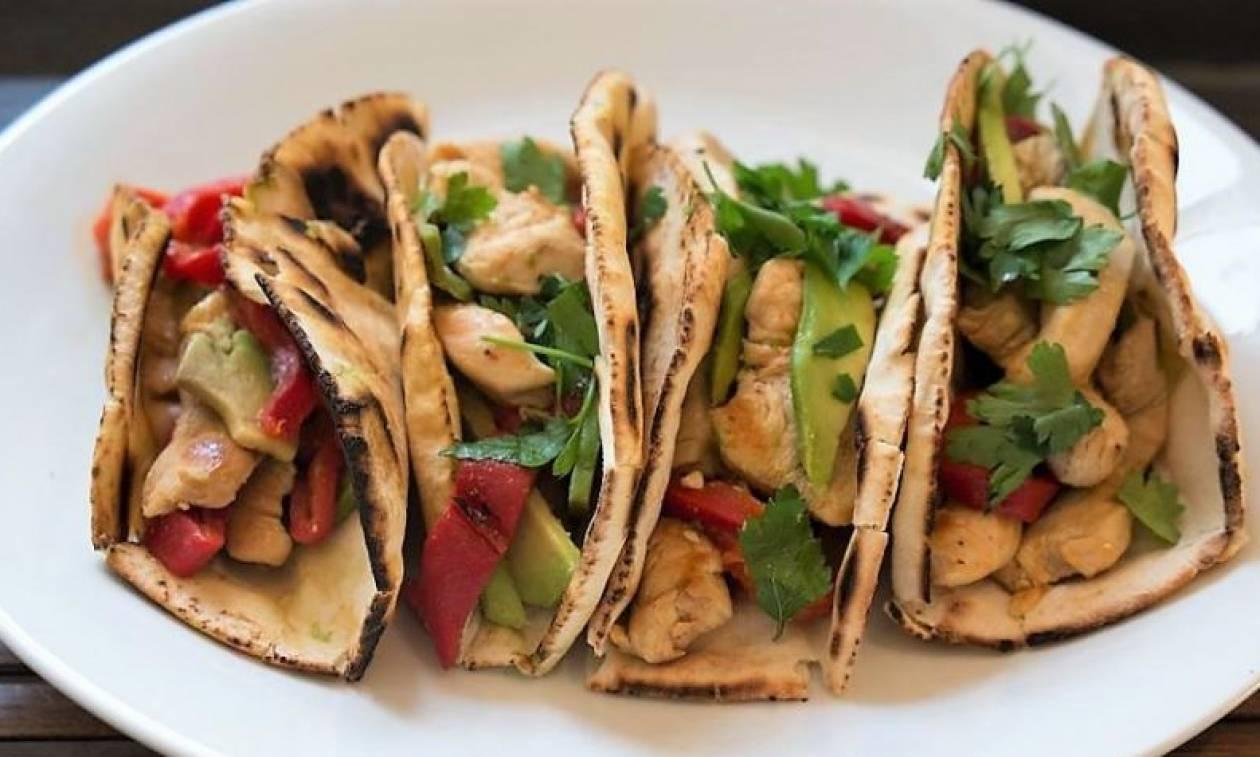 Η συνταγή της ημέρας: Wrap με πικάντικο κοτόπουλο και αβοκάντο