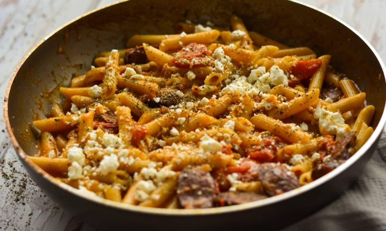 Η πιο νόστιμη συνταγή της ημέρας: Πένες με λουκάνικο και φέτα