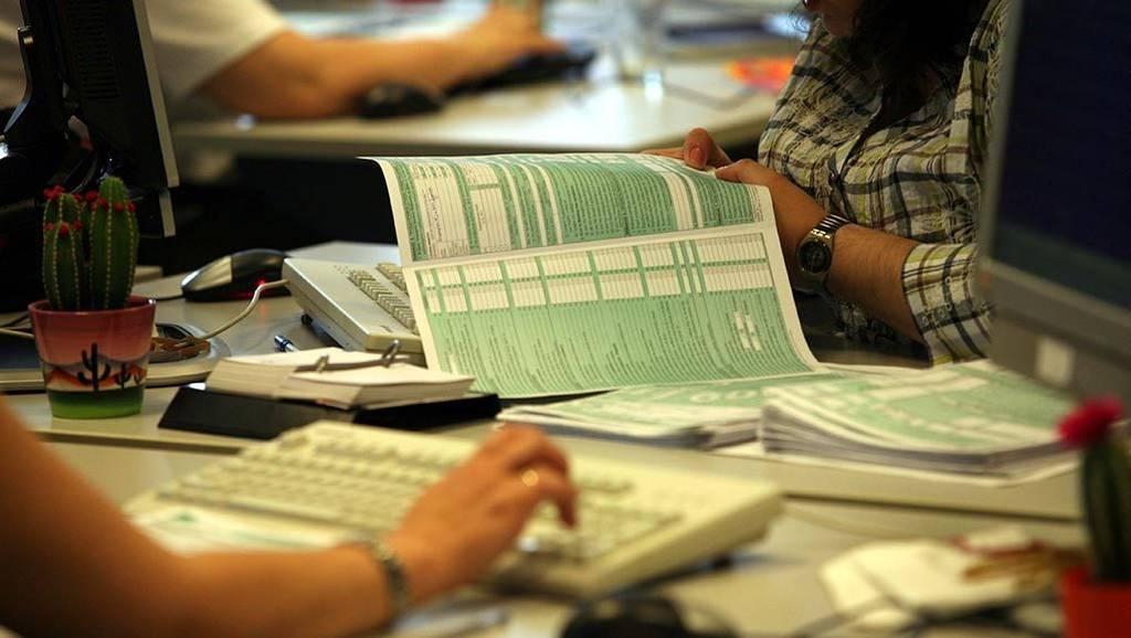 Πώς οι παγίδες των τεκμηρίων γίνονται «κόφτες» για επιδόματα και φοροαπαλλαγές