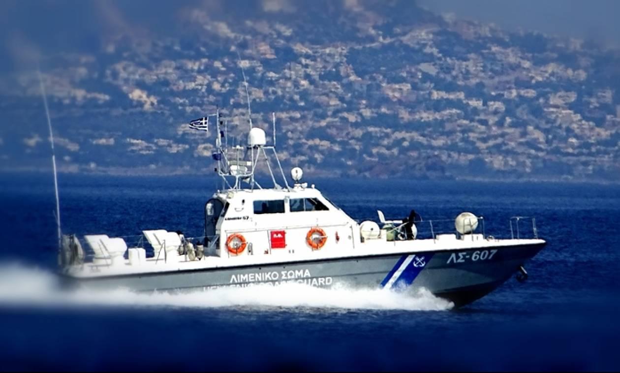 Το φορτηγό πλοίο «Νέαρχος» προσάραξε κοντά στη Σαντορίνη