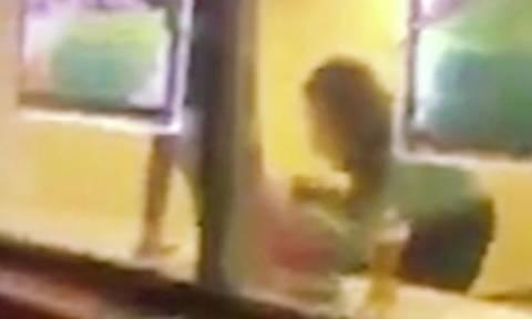 Του έκανε στοματικό μέσα σε τράπεζα (ακατάλληλο βίντεο)