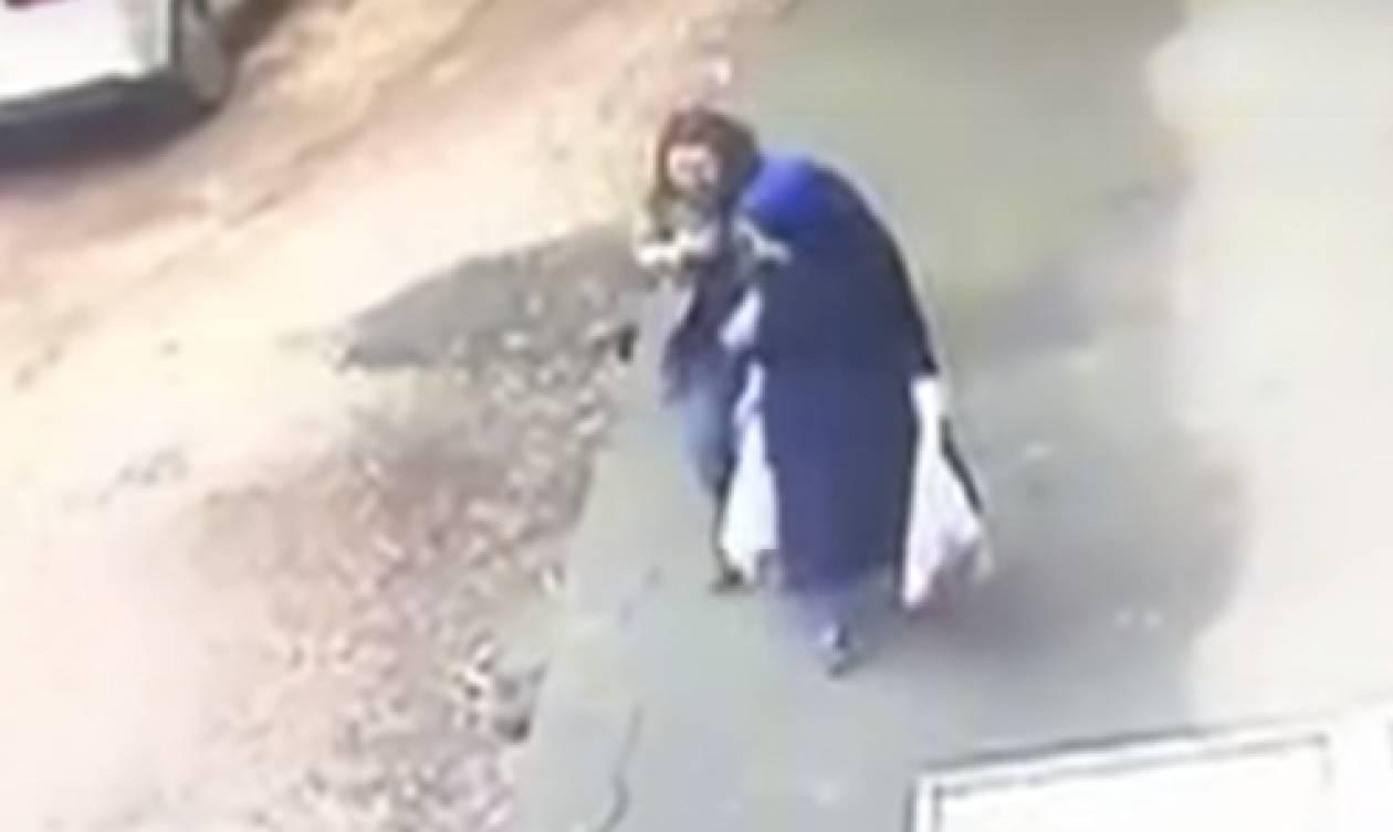 Συγκλονιστικό βίντεο: Άνοιξε η γη και κατάπιε δύο γυναίκες