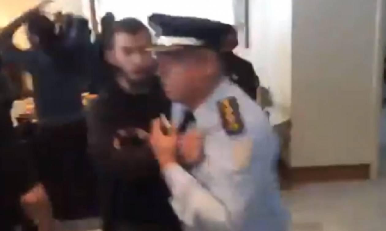 Απίστευτες εικόνες: Μαθητής βρίζει και πετάει έξω από το υπουργείο Παιδείας αστυνομικό (pics+vid)