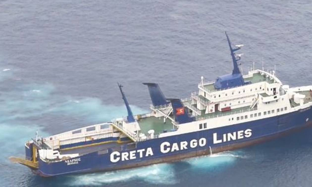 Σαντορίνη: Αρχίζουν οι προσπάθειες αποκόλλησης του φορτηγού πλοίου «Νέαρχος» (pics)