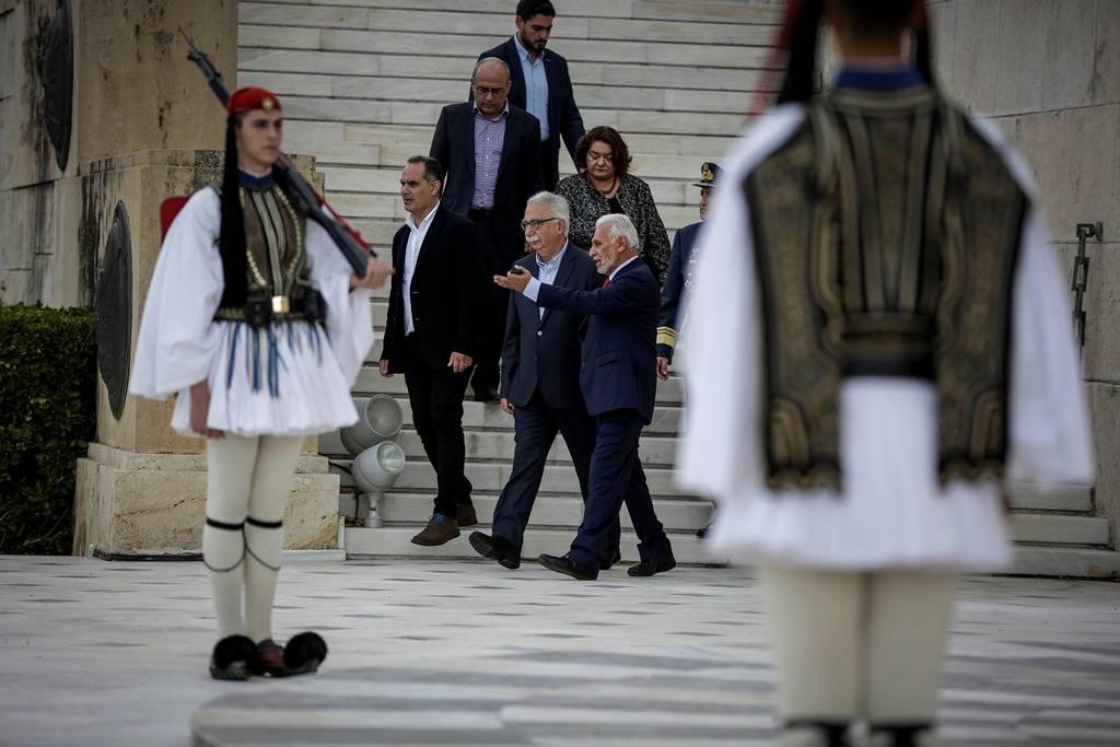 Ένταση στη μαθητική παρέλαση στην Αθήνα: Φώναξαν συνθήματα. κρατώντας τη σημαία της Βεργίνας