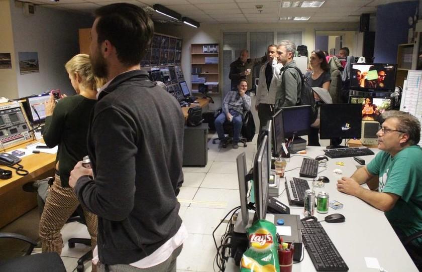 «Μαύρο» στο MEGA: Στο control οι εργαζόμενοι - Ξέσπασαν σε κλάματα (pics)